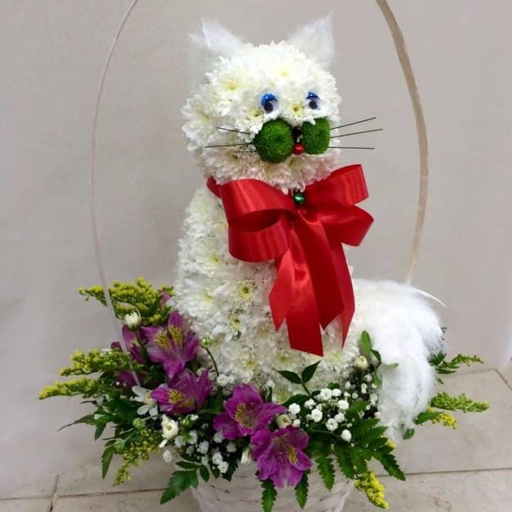 Фигурки из цветов кошка